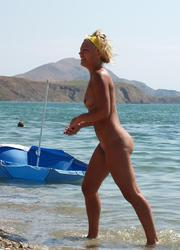A nude cutie on the Massarandupio Image 6
