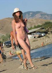 Bikini lady flashing on the Duna Alta Image 9