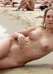 A nude posing at the Vera Playa Image 4