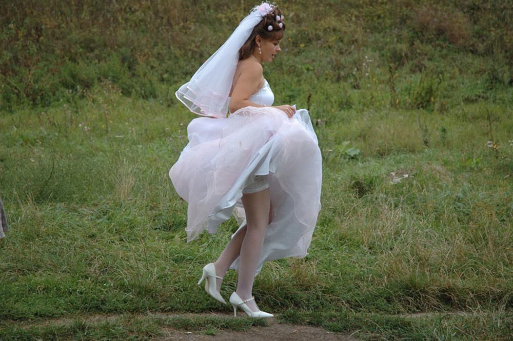 видел подглядывание под юбкой у невесты встречался ангелой нее