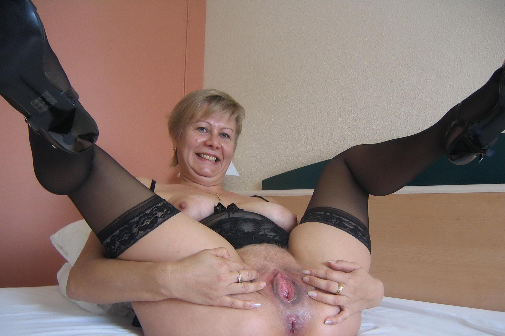 Мама мастурбирует пизду